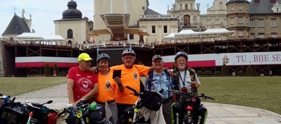 5-osobowa grupa rowerowych pielgrzymów ze Szczytna w Częstochowie
