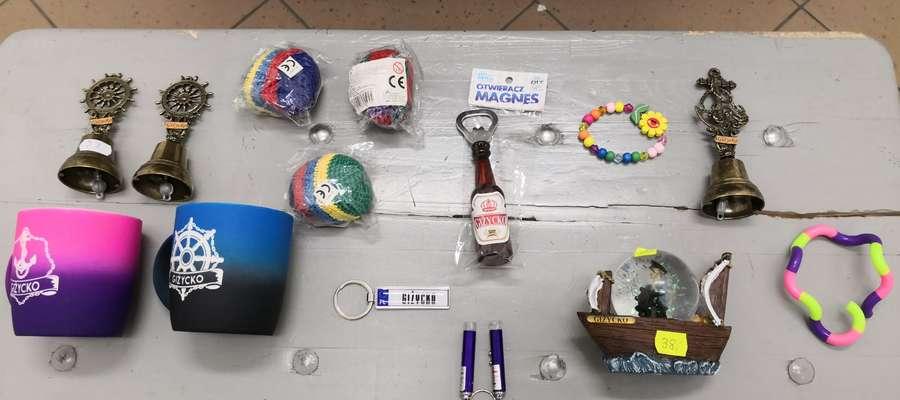 Odzyskane pamiątki, skradzione z jednego ze stosik przy ul. Nadbrzeżnej w Giżycku