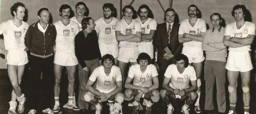Rok 1976, siatkarze AZS Olsztyn mistrzami Polski. Mirosław Rybaczewski, trzeci z prawej w górnym rzędzie, a po jego prawej stronie Hubert Wagner. Trener Leszek Dorosz, drugi z lewej w drugim rzędzie