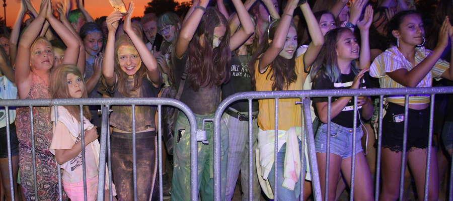 Kolorowa publiczność podczas koncertu Michała Szczygła