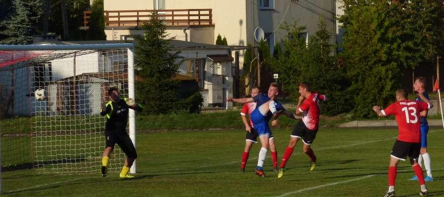 Kamil Kozicki w doliczonym czasie zdobywa zwycięskiego gola dla Startu Nidzica