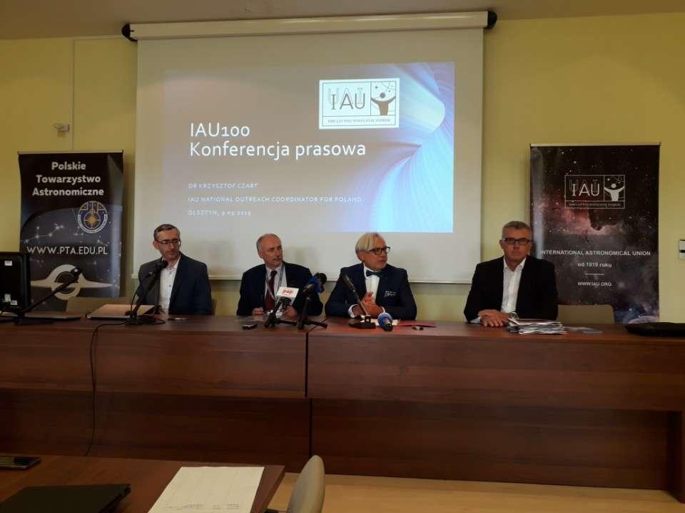 siedzą od lewej dr Krzysztof Czart, dr Jacek Szubiakowski z OPiOA, prof. Wojciech Maksymowicz i prof. Andrzej Niedzielski