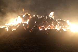 Spłonęło ponad 600 balotów słomy. Czy to było celowe podpalenie? [ZDJĘCIA, VIDEO]