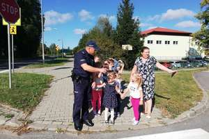 Bezpieczna droga do szkoły z odblaskami od policjantów