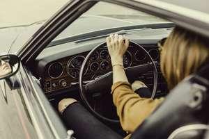Kto lepiej jeździ autem - kobiety czy mężczyźni?