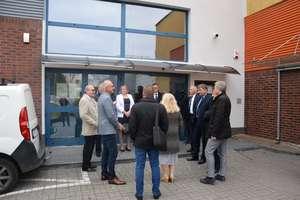 Sesja Rady Miejskiej w Ostródzie. W przerwie radni obejrzeli basen