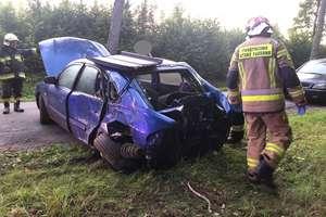 Mazda uderzyła w drzewo. Kobieta kierująca autem trafiła do szpitala
