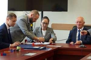 Samorządy podpisały umowy na dofinansowanie remontów dróg
