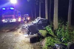 Auto doszczętnie zmiażdżone, trzy osoby trafiły do szpitala [AKTUALIZACJA]