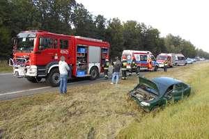 Opel wpadł do rowu. Dwie osoby trafiły do szpitala