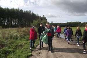 Uczniowie szkoły w Żydowie posprzątali las