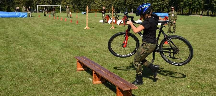 Zawodnicy musieli wykazać swoją sprawność m.in. na rowerze