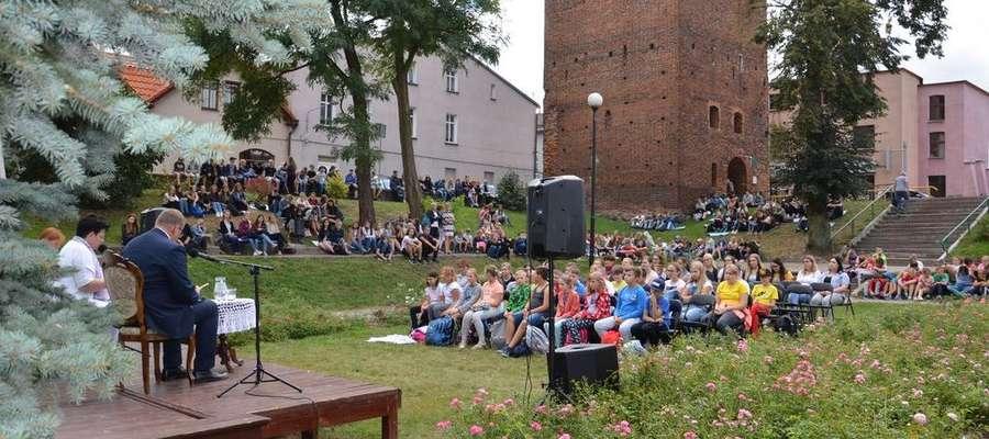 Podczas akcji Narodowego Czytania w Ogrodzie Róż w Nowym MIeście