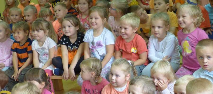 Przedszkolaki z uwagą obserwowały, co dzieje się na scenie