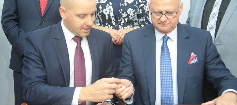 Z lewej Sławomir Gadomski, podsekretarz stanu w ministerstwie zdrowia, obok Sławomir Wójcik, dyrektor szpitala powiatowego w Bartoszycach