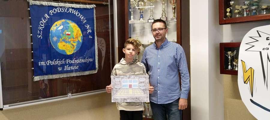 Filip Glock, uczeń klasy 8a SP 4 w Iławie oraz Sebastian Rynkowski, nauczyciel czuwający nad udziałem placówki oświatowej w konkursie #OSEWyzwanie