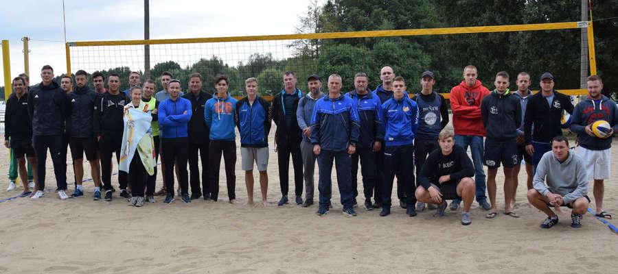 Aura była mało letnia, ale na plaży miejskiej o mistrzostwo Ostródy w siatkówce plażowej rywalizowało 15 par