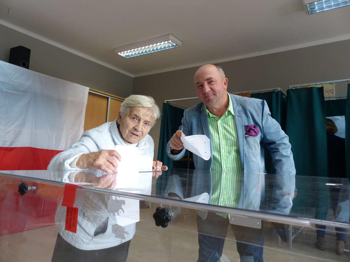 Iławianin Marek Kałuża w lokalu wyborczym przy ul. Chełmińskiej głosował wraz ze swoją teściową, Władysławą Kowalską