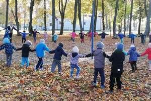Jesienne ognisko, czyli październikowy spacer przedszkolaków z Bezled