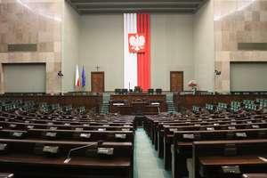 Nietypowe posiedzenie Sejmu. Posłowie w maskach i rękawiczkach [VIDEO]