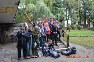 Orkiestranci — byli i aktualni — posprzątali teren przy Domu Weterana [ZDJĘCIA]