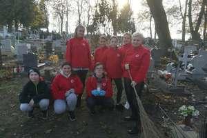 Wolontariusze uporządkowali zaniedbane groby