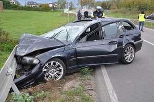 Auto dachowało, przekoziołkowało i uderzyło w barierki...