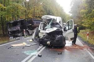 Wypadek w Wejdykach. Kierowcy poważnie ranni.  Droga była przez kilka godzina zablokowana