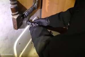 Nielegalne automaty w specjalnym pomieszczeniu. Wejście ukryte za ścianą z lustrem i umywalką [VIDEO]