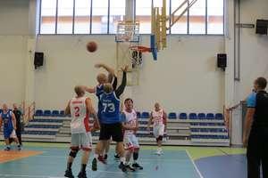 Turniej koszykówki w Bezledach. Puchary pojechały do Olsztyna (mężczyźni) i Gdyni (kobiety)