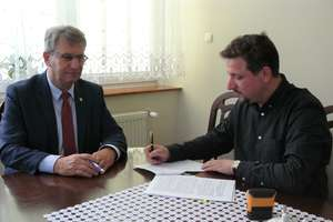 GMINA SUSZ|| Przebudowy dróg z dofinansowaniem. Podpisano dwie umowy z wykonawcami