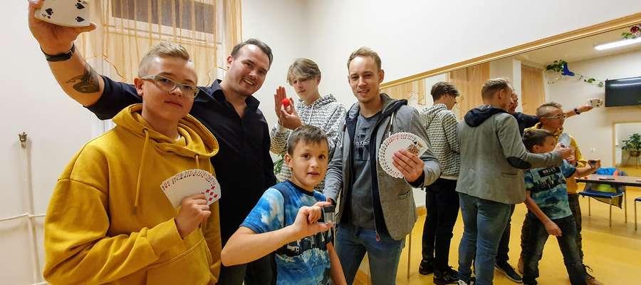 Iluzjoniści ze swoimi uczniami w klubie Akant na Jarotach