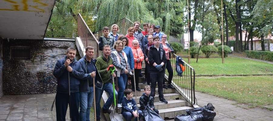W sprzątaniu okolic Domu Weterana brali udział aktualni oraz byli orkiestranci a nawet ich dzieci