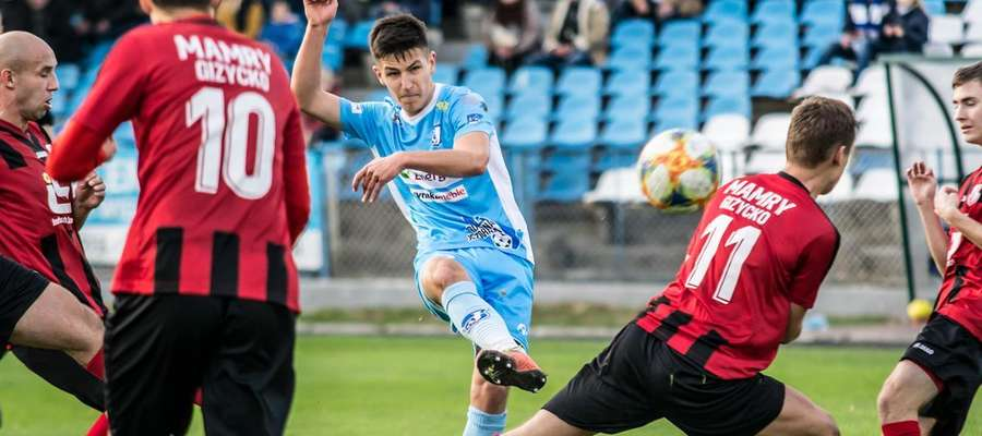 Jeziorak pokonał w sobotę Mamry Giżycko 3:0, a jedną z bramek zdobył Łukasz Święty (na zdjęciu, oddaje strzał)