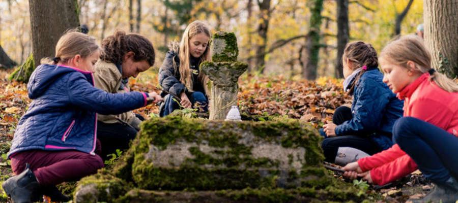 Dzieci, młodzież i dorośli sprzątali cmentarze na Wzgórzach Dylewskich