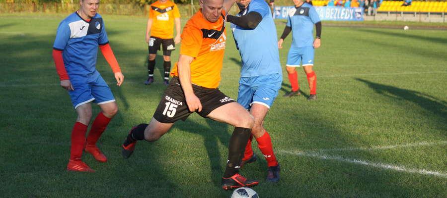 Krzysztof Boras (w pomarańczowej koszulce) strzelił dla Granicy Bezledy dwa gole w meczu z Tempem Ramsowo Wipsowo