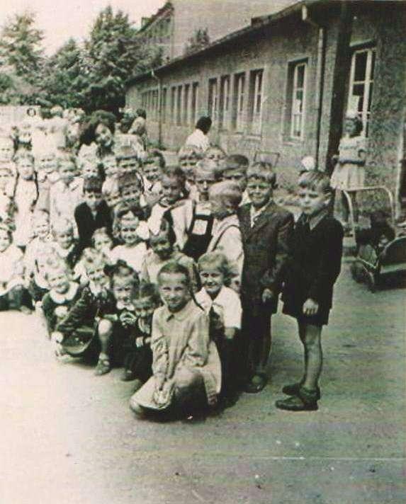 Zatorze, pierwsza połowa lat 50. Dzieciaki z SP 1 - full image