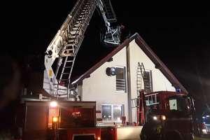 Groźny pożar budynku, w którym znajdowała się kobieta z dwójką dzieci [ZDJĘCIA]