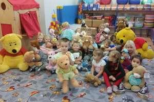 Pluszowi przyjaciele podczas zajęć u bezledzkich przedszkolaków