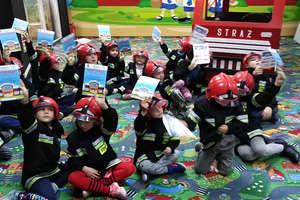 Wycieczka uczniów ze szkoły w Sokolicy do Państwowej Straży Pożarnej w Bartoszycach