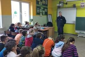 Spotkanie policjantów z uczniami wszystkich klas Szkoły Podstawowej w Uzdowie