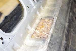 Celnicy z Bezled znaleźli w samochodzie blisko 9 kg bursztynu