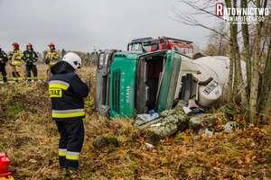 Groźnie wyglądający wypadek - betoniarka wylądowała w rowie