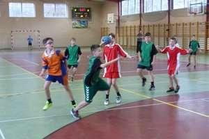 Sport szkolny. SP nr 7 wygrywa turniej mini piłki ręcznej i ucieka innym we współzawodnictwie