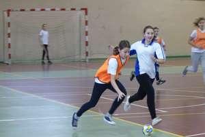 Sport szkolny, Dziewczęta z klas szóstych i młodszych też rozegrały turniej piłki ręcznej