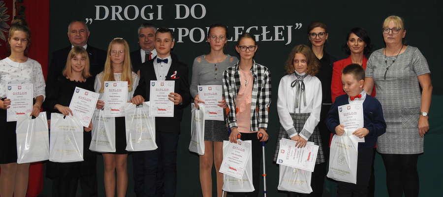 Młodzi recytatorzy z jury oraz Zbigniewem Lewickim - przewodniczącym rady Gminy i Romanem Lewickim - dyrektorem GCK