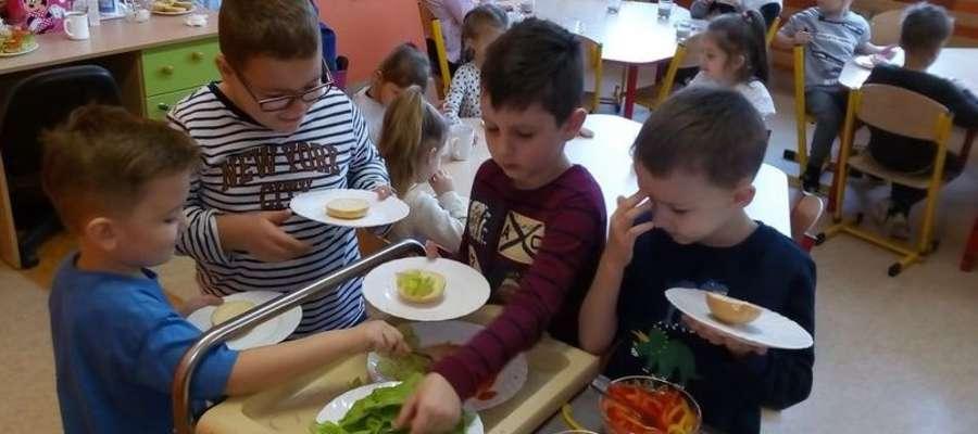 Śniadanie wszystkim przedszkolakom smakowało