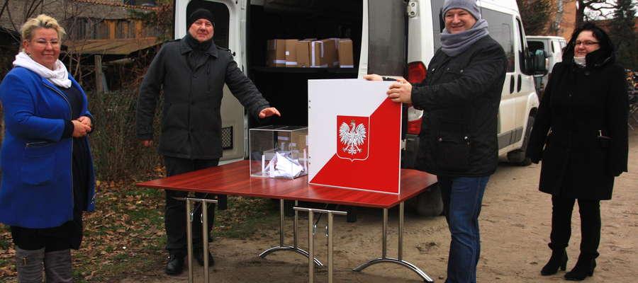 Mieszkaļńcy mogli oddawać swój głos w sprawie nadania Wydminom praw miejskich m.in. na miejscowym rynku