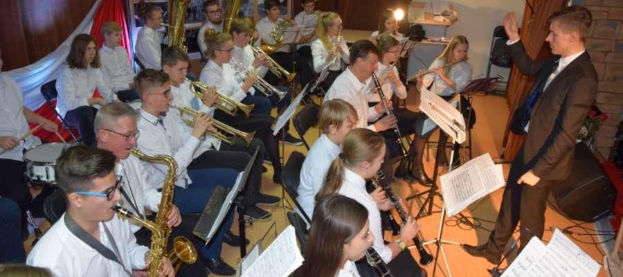 W drugiej części koncertu na scenę została zaproszona Młodzieżowa Orkiestra Dęta w Iławie pod batutą kapelmistrza Michała Kowalewskiego