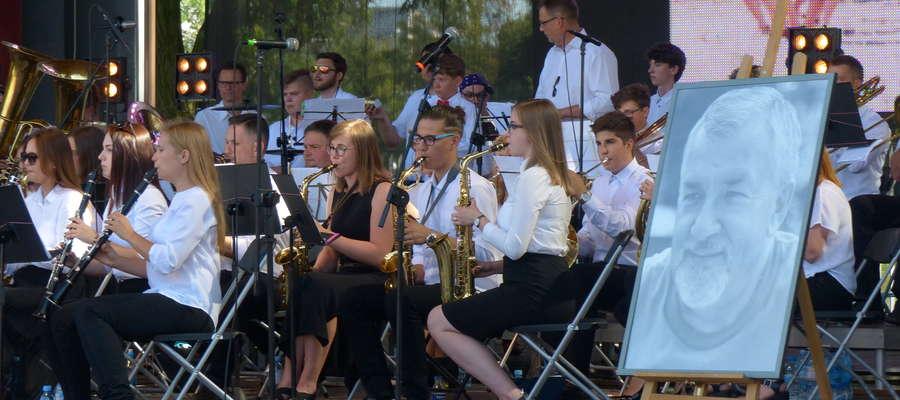 — Po Koncercie Pamięci, który zainicjowało i koordynowało kilkoro młodych ludzi, wychowanków pana Bogdana Olkowskiego, postanowiliśmy działać, kultywować pamięć o naszym kapelmistrzu i wspierać orkiestrę — podkreślają organizatorzy festynu ze Stowarzyszen